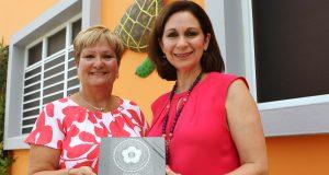 La propietaria del Parador Turtle Bay, Zulma Rivera recibiendo el Sello de Facilidades Endosadas por la Compañía de Turismo de manos de la directora ejecutiva de la CTPR, Ingrid I. Rivera Rocafort.
