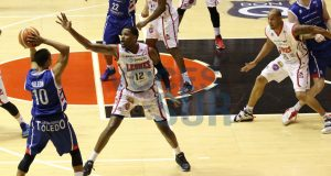 Devin Ebanks intenta impedir una pase.