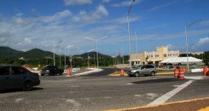 Las mejoras a la carretera incluyen el ensanche de la vía de rodaje y la instalación de barreras metálicas.