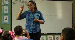 La educadora ponceña Celyana Moreno Santiago dirige el coro de niños desde el 2013. (Voces del Sur)