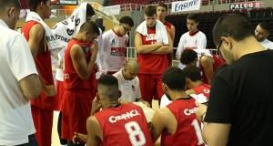 Nelson Colón imparte instrucciones a sus jugadores del equipo juvenil de los Leones de Ponce. (Voces del Sur / Pedro A. Menéndez Sanabria)