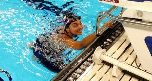 Paola durante el calentamiento antes de su eliminatoria en los 50 metros libre. (Facebook / Departamento de Recreación y Deportes)