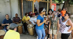 Integrantes de la Escuela de Bomba Isabel Albizu de Ponce tocaron y bailaron ante decenas de personas en el Mercado Agrícola Natural. (Voces del Sur)
