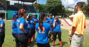 Las integrantes de las Bucaneras de Arroyo reciben instrucciones.