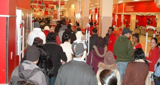 Cientos de puertorriqueños aprovechan los especiales de las Ventas del Madrugador para hacer sus compras de Navidad.