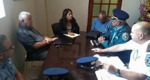 La alcaldesa Karilyn Bonilla se reunió con el teniente coronel Anthony Ortiz, comandante del área de Guayama, y el capitán Yomar Cruz, comandante del Distrito de Salinas, entre otros policías. (Suministrada)