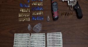 A uno de los detenidos se le ocupó una arma de fuego, drogas y dinero en efectivo.