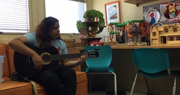 La cantante ponceña Elaine Valls cantó a los pacientes de cáncer pediátrico.