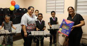 Las educadoras Celyana Moreno Santiago y Carmen Galarza Meléndez presentaron los instrumentos musicales a los estudiantes.