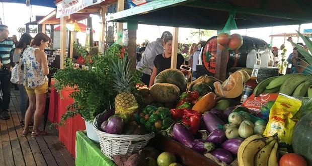 En el mercado hay frutas, vegetales, viandas, café, pique artesanal, miel, dulces típicos y limbers, entre otros productos. (Voces del Sur)