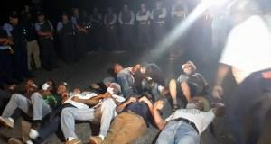 Un grupo de 11 manifestantes se acostó en la PR-385 en desobediencia civil. (Facebook / Luis Enrique Martínez Acosta)