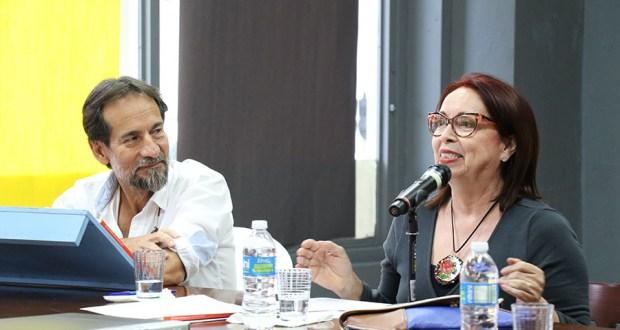El autor Jesús Ortiz Torres junto a Ana Margarita Hernández durante la presentación del libro de caricaturas ¿Cómo piensa el colonizado? en la librería El Candil en Ponce. (Voces del Sur)