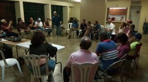 Reunión del miércoles en Guayama para organizar resistencia a AES y el depósito de cenizas de carbón. De pie, el sacerdote católico Pedro Ortiz. (Facebook / Waldemar Rivera)