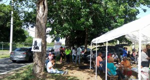 Residentes de Guayama y varias organizaciones se reunieron ayer, sábado, bajo una carpa en la intersección de la PR-3 con la 7707 para discutir estrategias futuras. (Facebook / Waldemar Rivera)