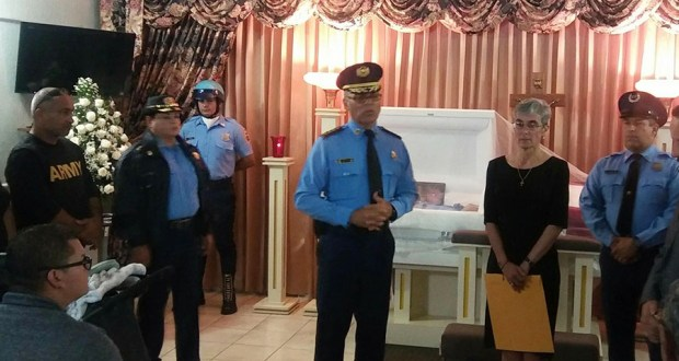 El coronel Héctor Agosto, comandante de área de Ponce, junto a la superintendente de la Policía, Michelle Hernández, durante el velatorio del sargento Roberto Medina Mariani. (Facebook / Policía de Puerto Rico)