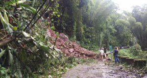 Brigadas del municipio de Ponce se personaron a la carretera PR-511 donde se reportó un derrumbe.