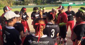 El equipo técnico de las Valencianas de Juncos conversa con las jugadoras.