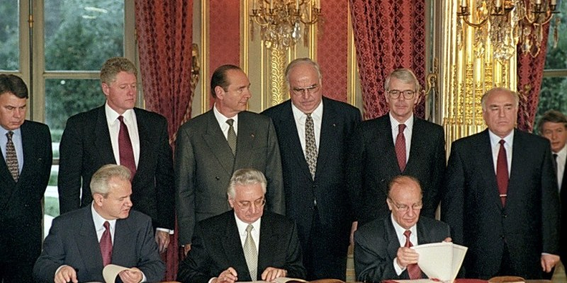 The signing ceremony of the Peace Agreement on Bosnia and Herzegovina initialed in Dayton was held at the Elysee Palace. The document was signed by (from left): President of the Republic of Serbia Slobodan Milosevic, President of the Republic of Bosnia and Herzegovina Alija Izetbegovic, President of the Republic of Croatia Franjo Tudjman. The ceremony was attended by (from left): President of the Spanish Government Felipe Gonzalez, US President Bill Clinton, President of France Jacques Chirac, Chancellor of Germany Helmut Kohl, Prime Minister of the Great Britain John Major and Russia's Prime Minister Viktor Chernomyrdin., Image: 68488836, License: Rights-managed, Restrictions: Mandatory credit, Model Release: no, Credit line: Profimedia, AFP