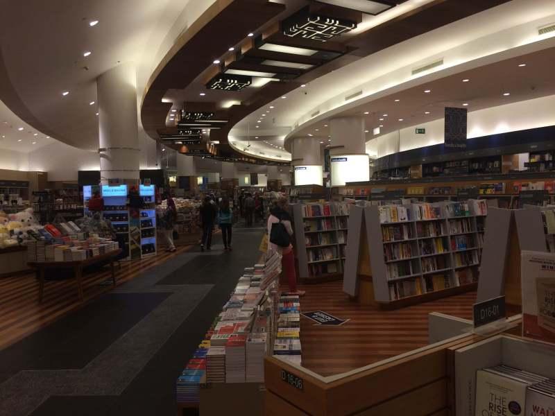 Книжный магазин в Дубай Молле
