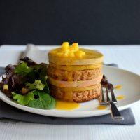 Foie gras, mangue rôtie et pain d'épices en mille-feuille et coulis mangue-passion