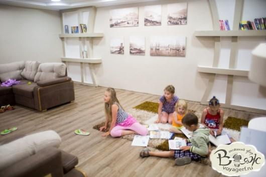 Отдых в Крыму с детьми. Заозерное. Гостиный двор Вояж. Детская комната.