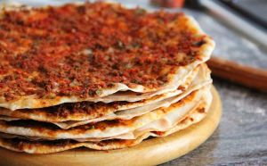 Lahmacun Turkse pizza - traditionalturkishcooking.com