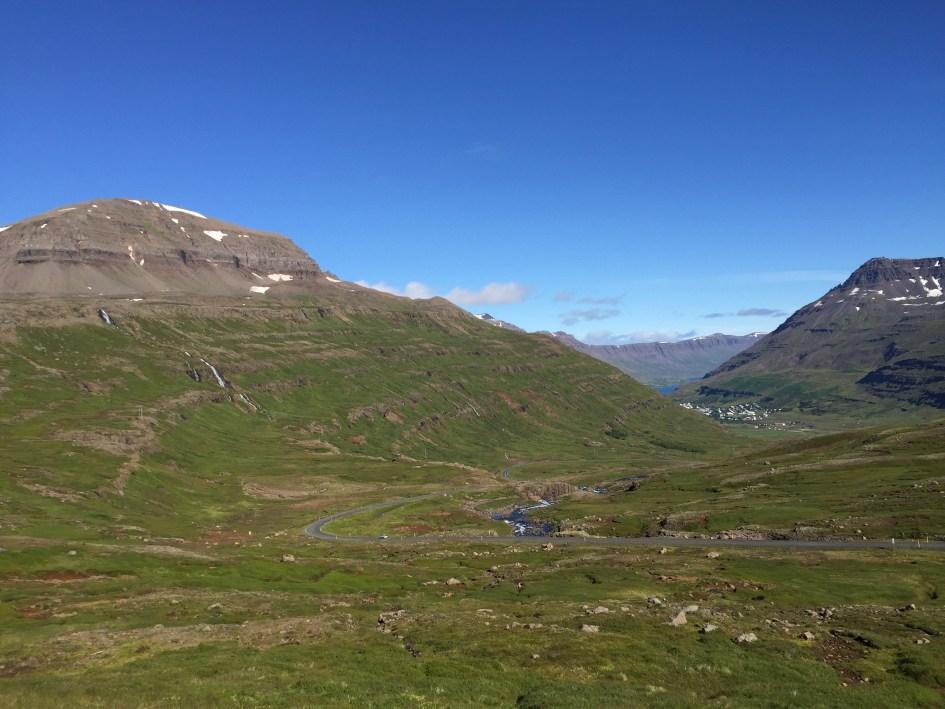 Zicht op Seydisfjordur komende van Edilsstadir