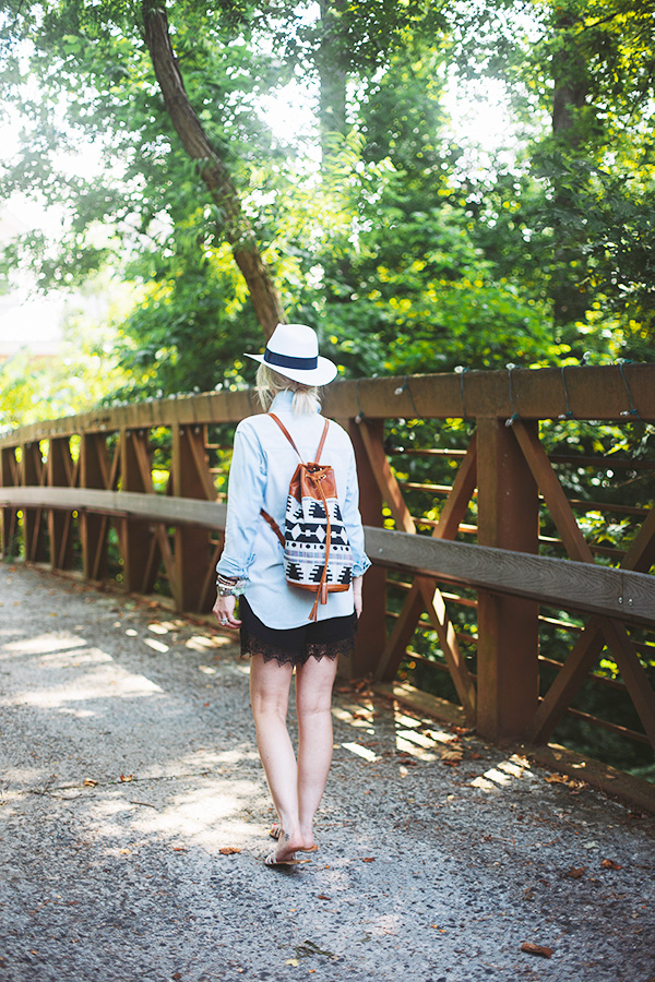 Summer outfit idea with hat and backpack