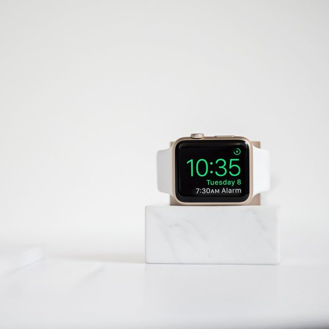 Nativeunion_Applewatchdock_marble_White_06_big