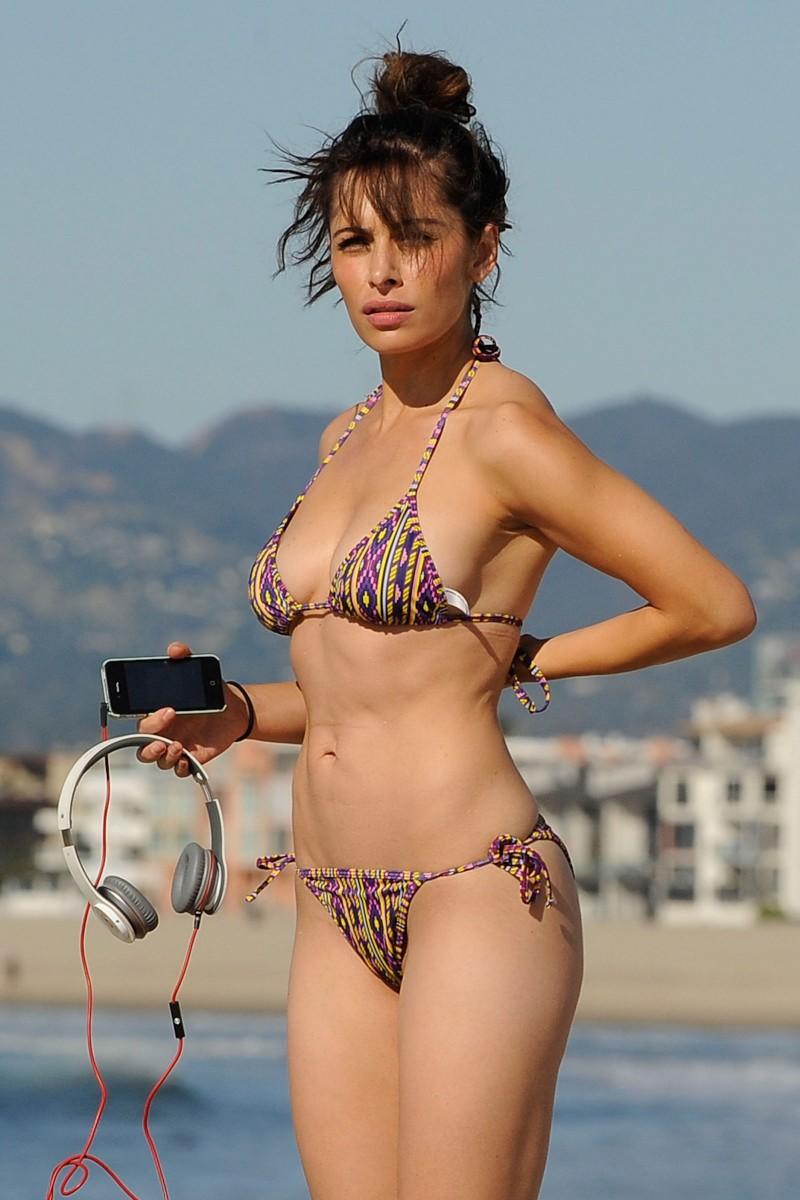 3d Beach Wallpapers Free Sarah Shahi Bikini Clad On Beach Celebrity