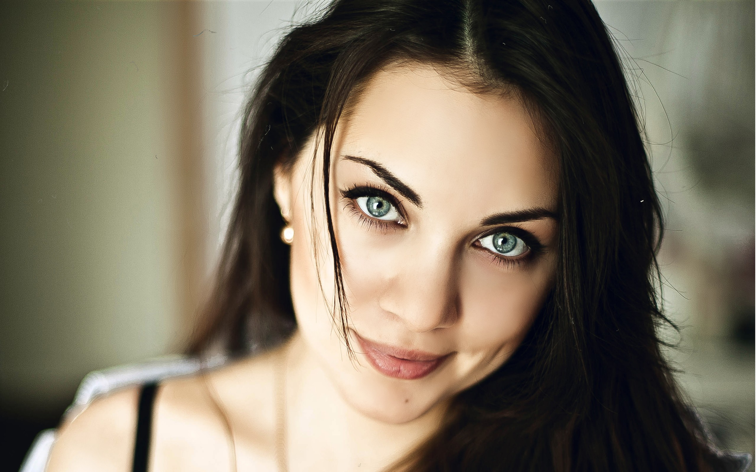 Animated Love Couple Wallpapers Cute Brunette Model With Blue Eyes Wallpapers Cute