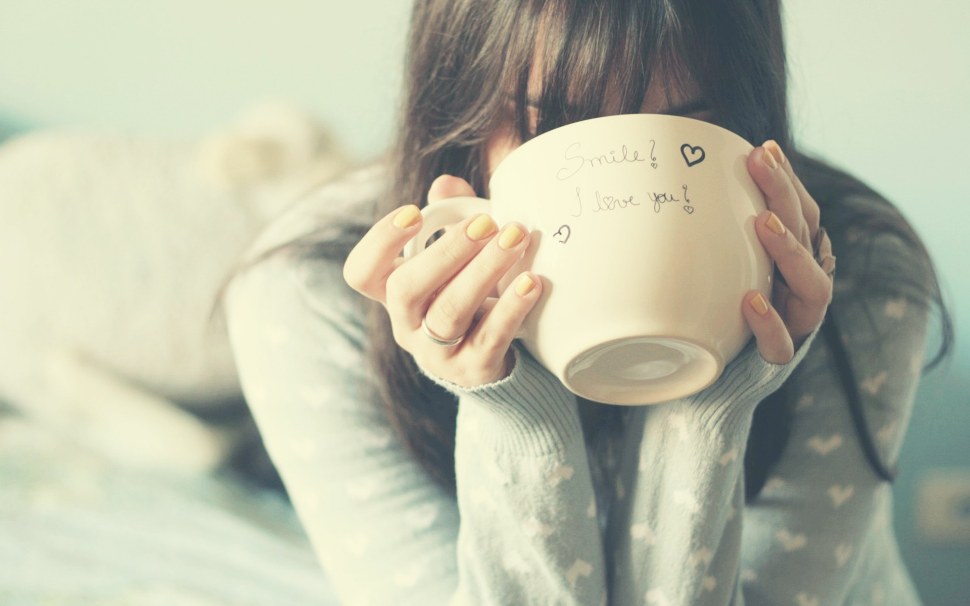 Vintage Iphone Wallpaper Girl Drinking From Big Cup Wallpapers Girl Drinking From