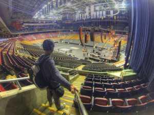 """Ich habe mich in die Eishockeyhalle geschmuggelt. Hier wird gerade eine Bühne für die Band """"Cities on Fire"""" aufgebaut"""