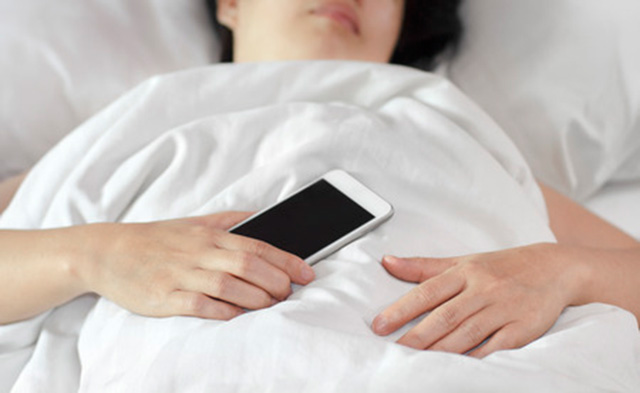woman-holding-her-phone