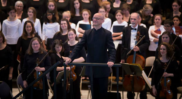 "Choralis composer in residence Bob Chilcott acknowledges the applause of the audience after the performance of his ""Salisbury Vespers.""  (Photo Credit:  Arts Laureate)"