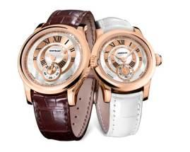Como en un juego de anillos de matrimonio, esos dos relojes comparten la misma imagen y difieren solamente en su diámetro, de 36mm para el reloj de dama y 39.5mm en el modelo para caballero. El calibre MB M62.00 está contenido en ambos relojes y les asegura una frecuencia sincrónica con un ritmo de 18,000 semi-oscilaciones por hora (2.5 Hz). Las cajas están realizadas en oro rosa 5N de 18K: esta es una tonalidad rojiza que le da un efecto romántico especial y se asocia automáticamente con los valores tradicionales. Todos sus contornos están armónicamente redondeados: desde el ligero arco de los cuernos, hasta las líneas cóncavas del bisel y en la forma circular de su caja.