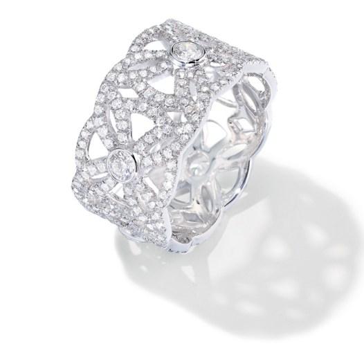 """Anillo Extremely Piaget """"Décor Dentelle"""" en oro blanco de 18 quilates, engastado con 315 diamantes talla brillante (aprox. 1,47 quilates)."""