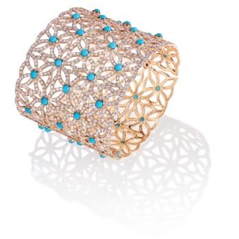 """Brazalete de puño Extremely Piaget """"Décor Dentelle"""" en oro rosa de 18 quilates engastado con 50 cabujones de turquesa (aprox. 16,50 quilates) y 1602 diamantes talla brillante (aprox. 20,87 quilates)."""