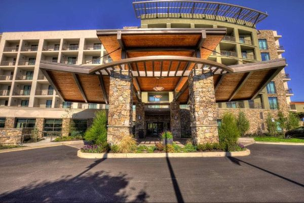 View of the Front Entrance to the Courtyard Marriott Pigeon Forge 600