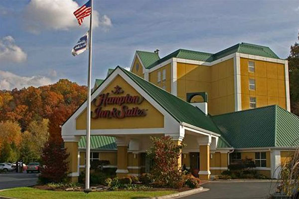 Hampton inn and Suites on the Parkway in Pigeon Forge Front Entrance