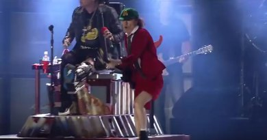 AC/DC's amazing performance of Shoot to Thrill with Axl Rose