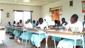 Les candidates en pleine concentration dans leur salle d'examen au Collège Notre Dame de Maïgaro