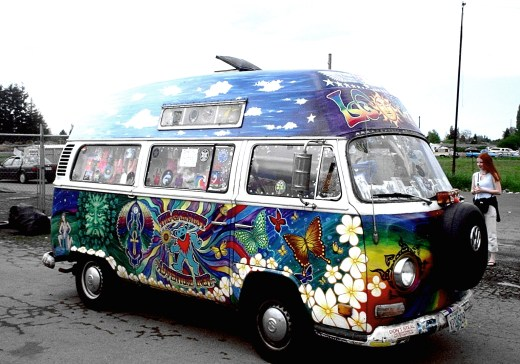 767513 Really Bright and Colorful Psychedelic Volkswagen Van