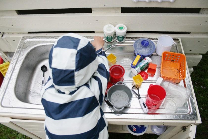 Kinderküche selber bauen: Die Hausfrau von morgen... Foto: Julia Marre