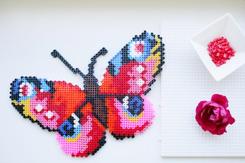 Mit Bügelperlen lässt sich schöne Pixelkunst machen - wie dieses sommerliche Pfauenauge. Foto: Julia Marre