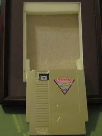Uno de los cartuchos del Nintendo World Championships es puesto a la venta