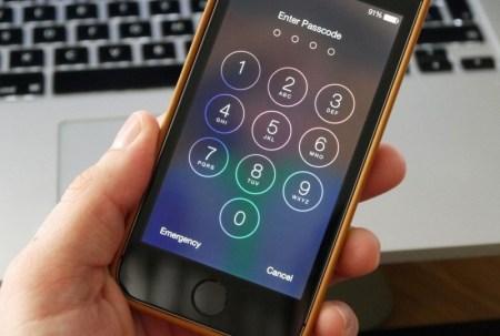 Lo detienen por rehusarse a dar la clave de bloqueo de su smartphone
