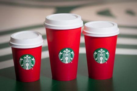 Los vasos rojos de Starbucks toman las redes sociales