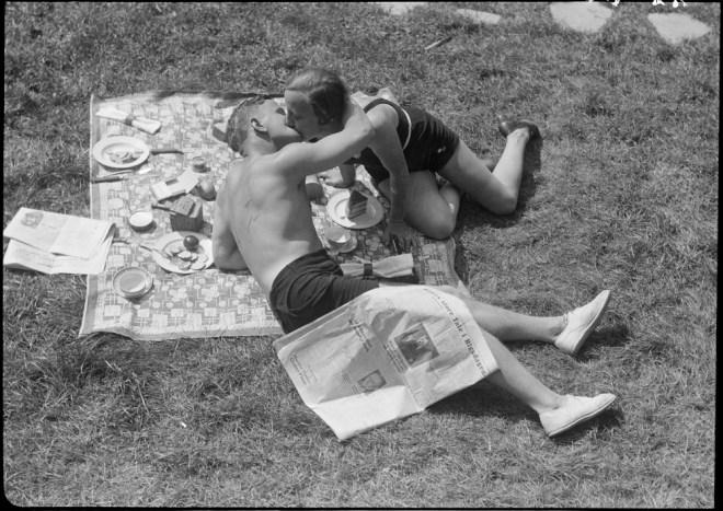 1930s photo Kissing at a picnic