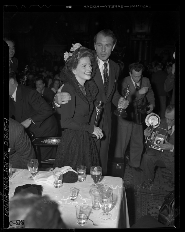Gary Cooper and Joan Fontaine holding their Oscars at an Academy Awards after party in 1942.